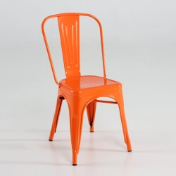 Silla de metal color naranja